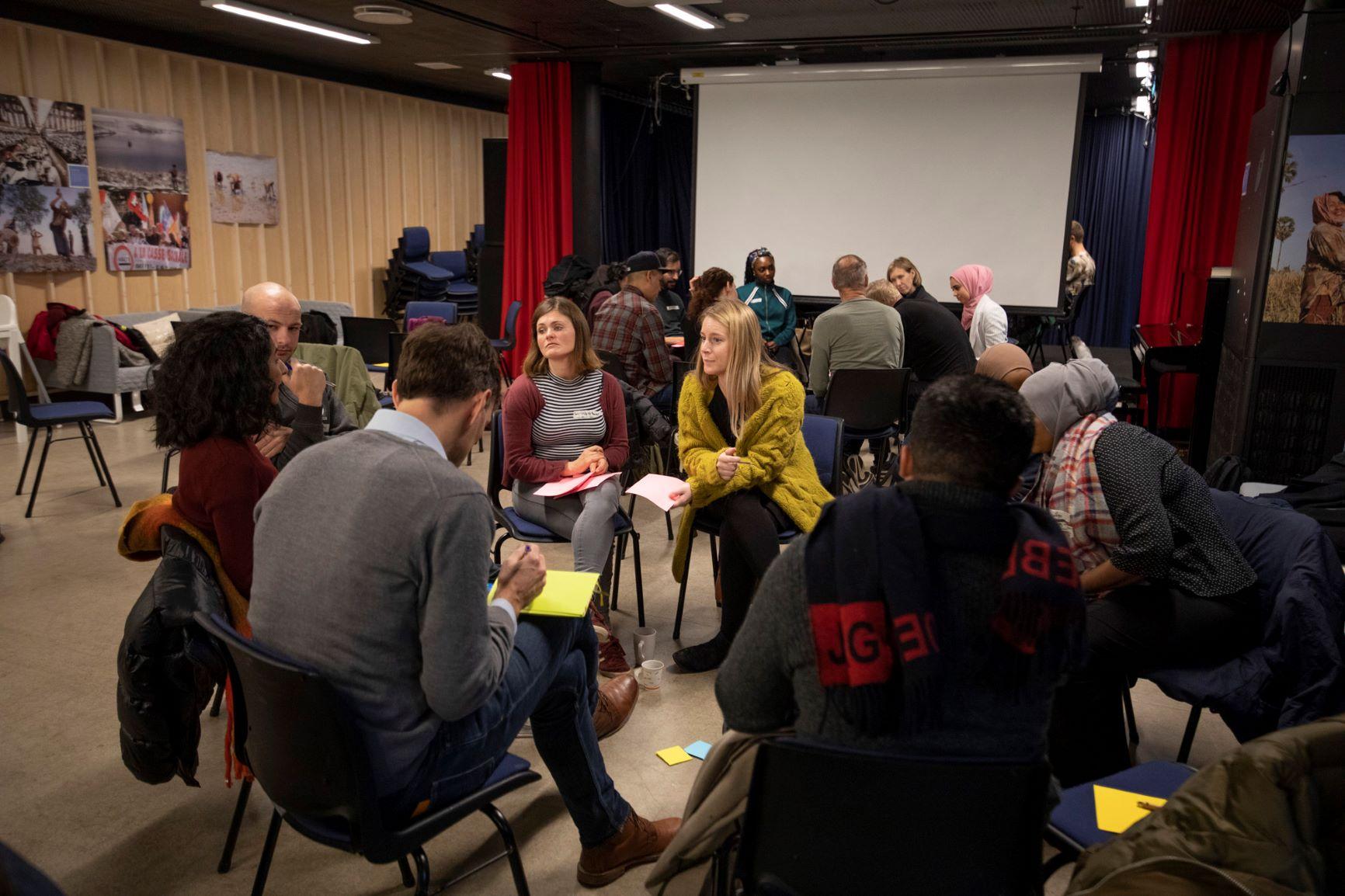 Demoktratisk innovasjon bringer innbyggere sammen til diskusjon og drøfting
